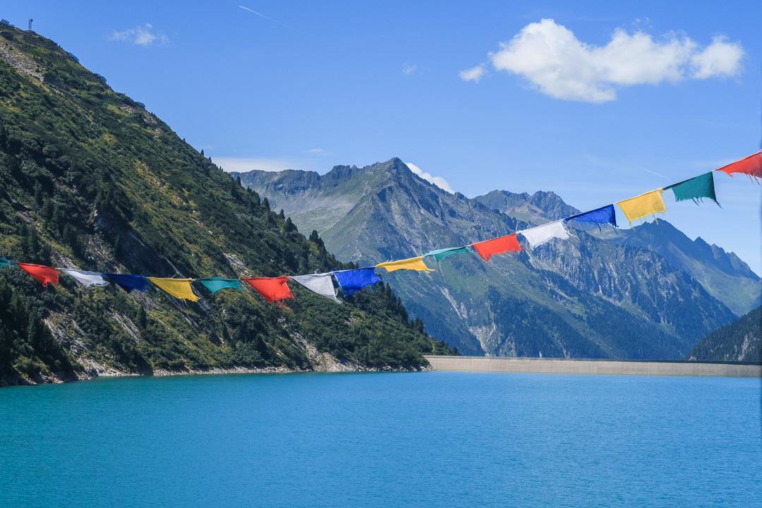 Tibetische Gebetsfahnen am Zillergrund Stausee